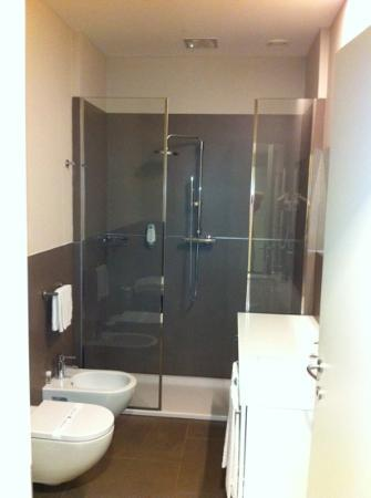 la porta del box doccia??? - Picture of Mosaico Suite Cesena, Cesena - TripAdvisor