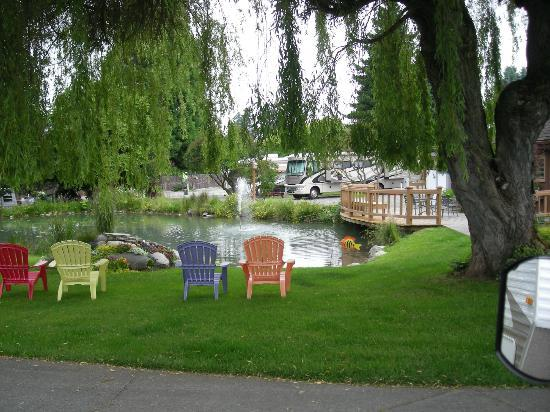 Rainbow's End RV Park: Pond area