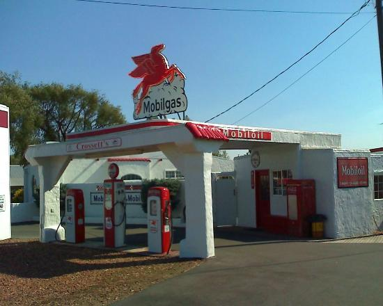 Red Horse Drive-In : Exterior of the service station