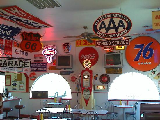 Red Horse Drive-In: Cafe seating area