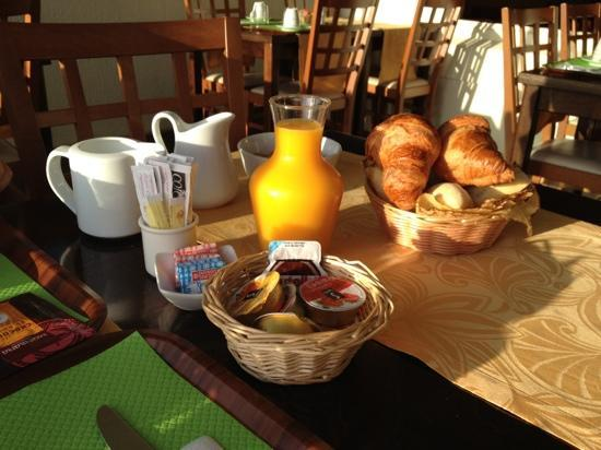 Hotel du Port Rhu : Breakfast