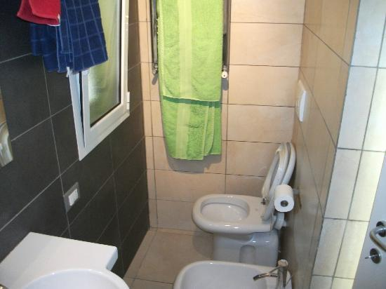 Lazy Night Guesthouse: bathroom with included towels and liquid soap