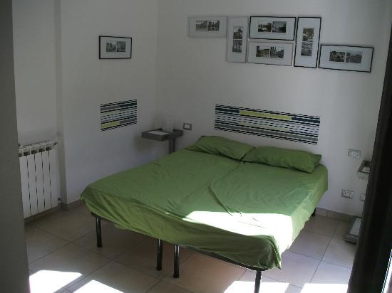 Lazy Night Guesthouse: bed with nice pictures of the city above it, 2 bed tables on the 2 sides with bed lamps on