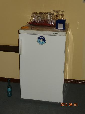 "Hotel Garni ""Am Dippeplatz"": ""Honor-system"" mini-bar on first floor"