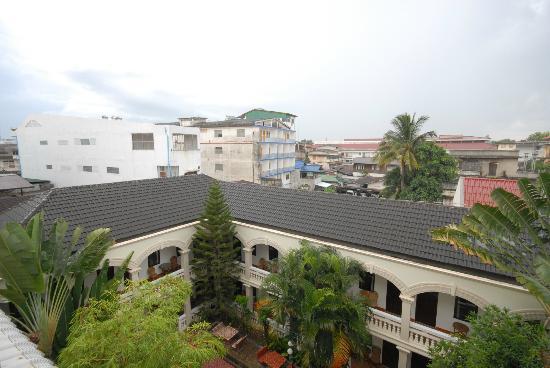 Mali Namphu Hotel: View across courtyard of hotel