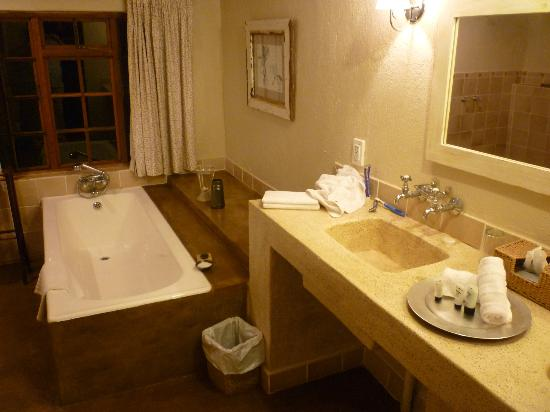 Jatinga Country Lodge: Double sink and bath