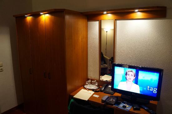 Hotel Berlin: tv y armario