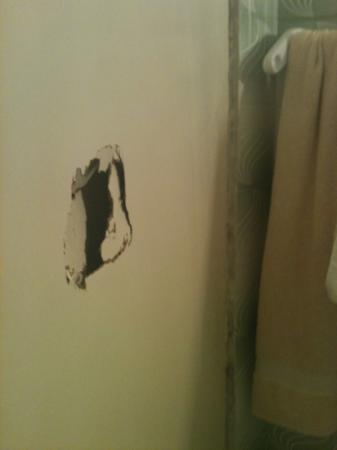 Pension Vasiliki: buco della porta del bagno