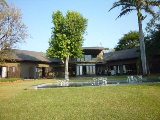 Mjejane River Lodge: Pool and main hotel