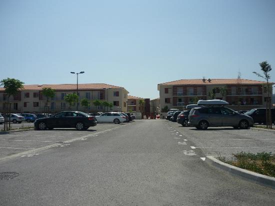 Résidence Les Demeures de la Massane : Parking et entrée