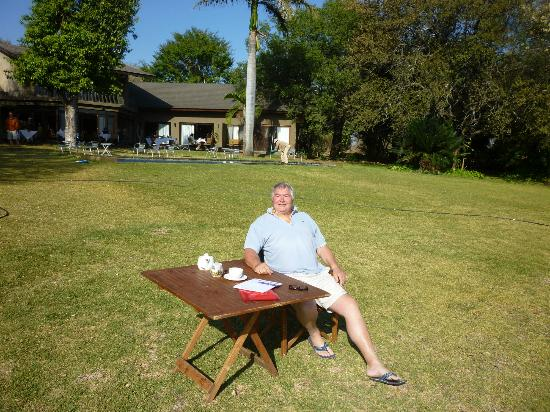 Mjejane River Lodge: Breakfast on the lawn