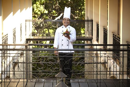 Heritage Suites Hotel: Chef Vibol at the hotel alley