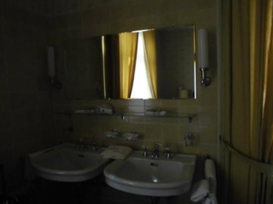 Hotel Park Villa: Sinks in the double room