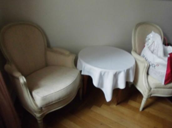 Hotel Park Villa: Single room chairs