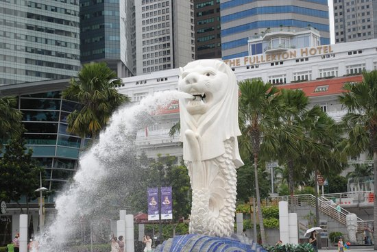 Fragrance Hotel - Bugis: merlion front