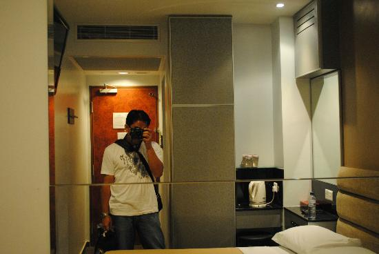 Fragrance Hotel - Bugis: room mirror