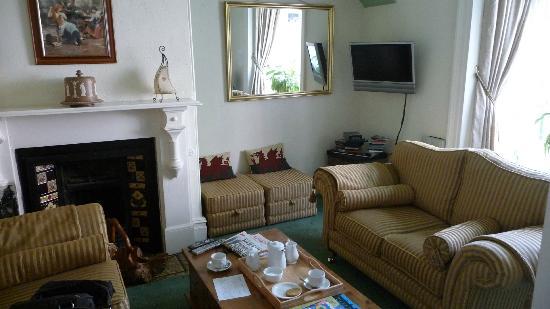 """Caer Menai Guest House / Bed and Breakfast : """"Wohnzimmer"""" zum lesen"""