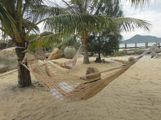 L'Alyana Villas Ninh Van Bay: To af børnene ligger og daser i en hængekøje ved fællespoolen