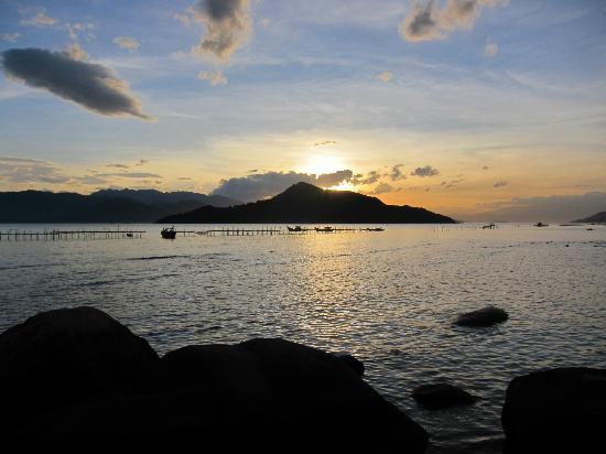 An Lam Ninh Van Bay Villas: Solnedgang set fra stranden foran vores villa