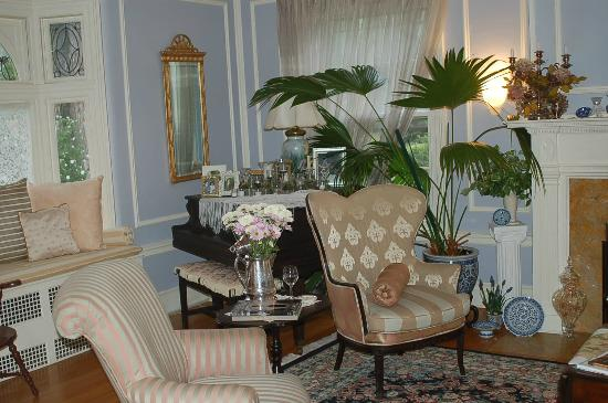 A B&B at The Edward Harris House Inn & Cottages: Living room..