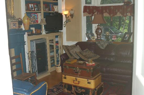 A B&B at The Edward Harris House Inn & Cottages: Common area- my family LOVED this room