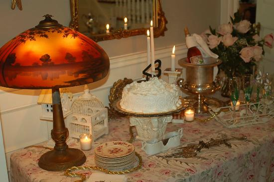 A B&B at The Edward Harris House Inn & Cottages: Our wedding cake...