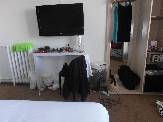 Hotel Colette: δωματιο χωρις ντουλαπα