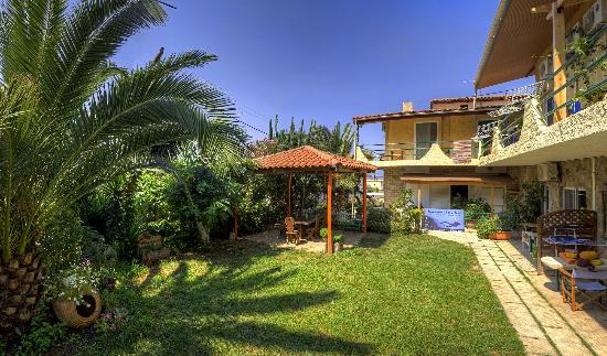 Antonio's Guest House: Panorama of our Garden and the Kiosk where we teach or meet for branch!