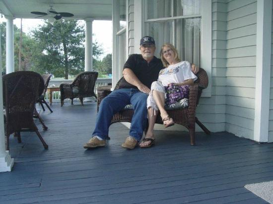 August Seven Inn Luxury Bed and Breakfast: Front Porch Relaxing