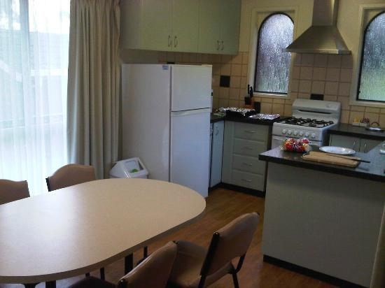 Barwon Valley Lodge: Meals area and kitchen adjoining family area