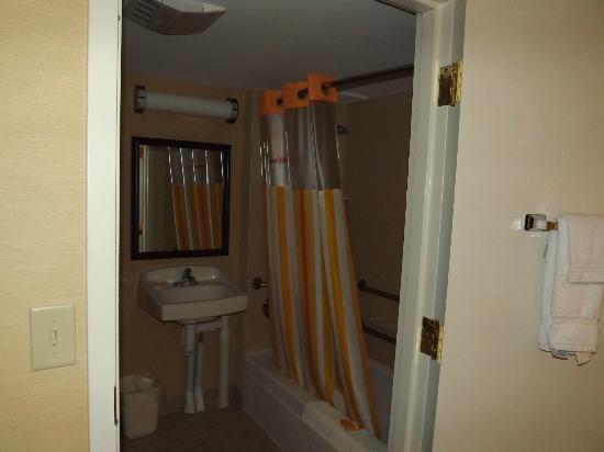 La Quinta Inn & Suites Manchester: ADA accessible bath with lots of hand bars and a shower seat