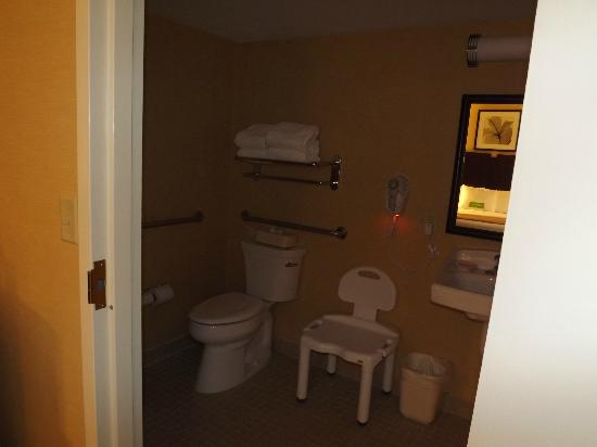 La Quinta Inn & Suites Manchester: ADA Accessible Bathroom Very easy to navigate