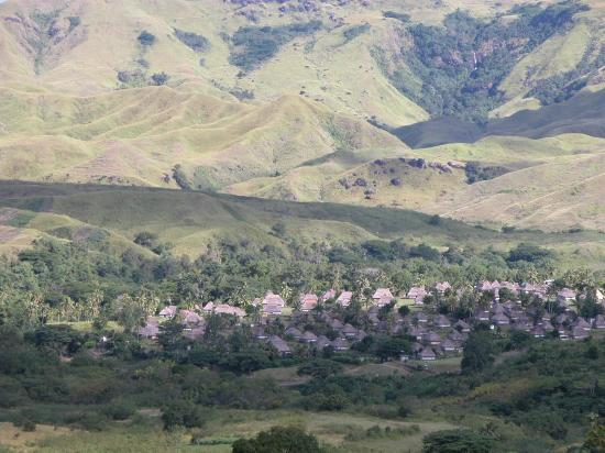 Nadi, Fiyi: Village seen from mountain West of Village