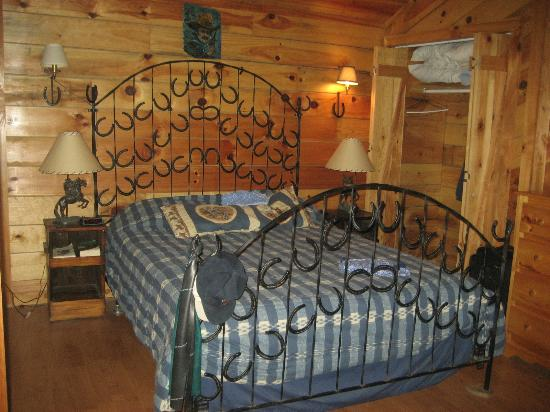 Twin Valley Bed and Breakfast and Horse Ranch: Neat bed designed by owners