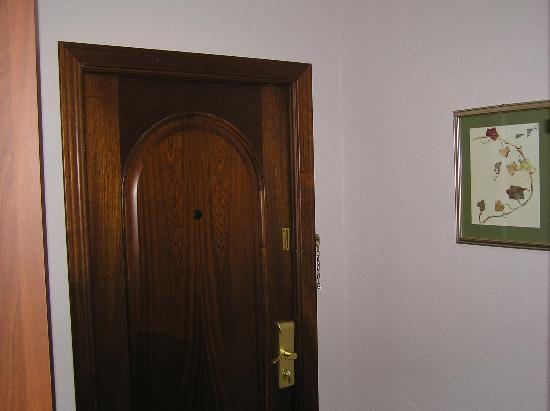 Kristoff Hotel: Прихожая: дверь с карточным замком