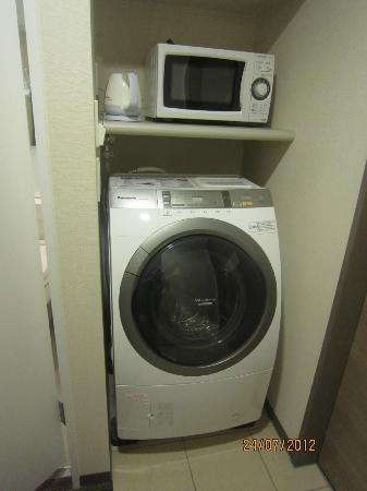 Tokyu Stay Ikebukuro : Kettle, microwave and washer/dryer included in room