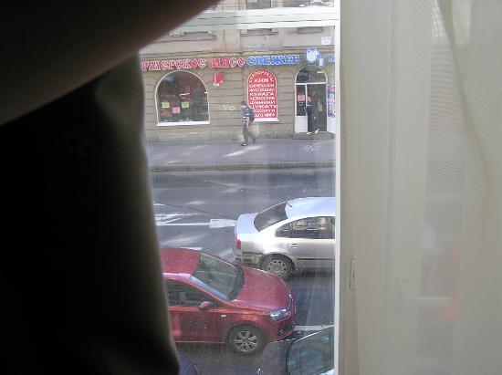Kristoff Hotel: Вид на Загородный пр-т. Вокруг много магазинов обуви и сумок.