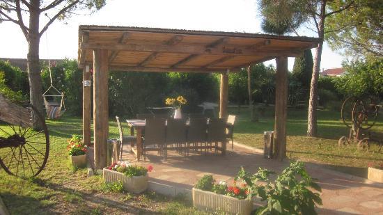 Hotel Lou Garbin: pergola dans le jardin