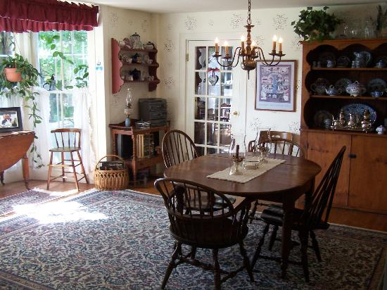 The Red Door Bed and Breakfast : A hot Breakfast is served in the dining room