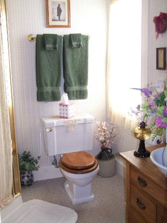 The Red Door Bed and Breakfast : Updated first floor Victorian style bath with shower