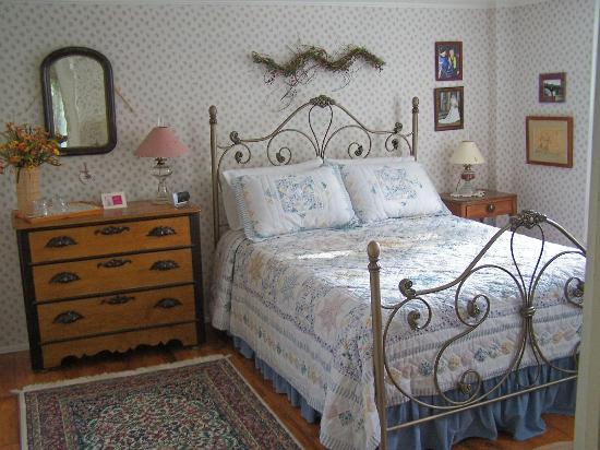 The Red Door Bed and Breakfast : The sunny front bedroom features a queen sized bed and antique furnishings