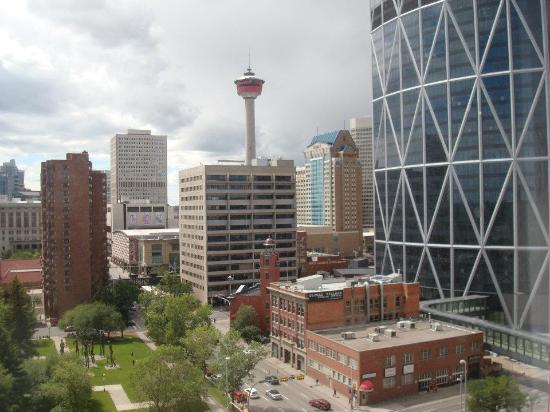 Delta Hotels by Marriott Calgary Downtown: City view from room - new Bow Building on right side.
