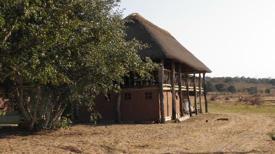 Senyati Safari Camp : Hide from front (water's side)