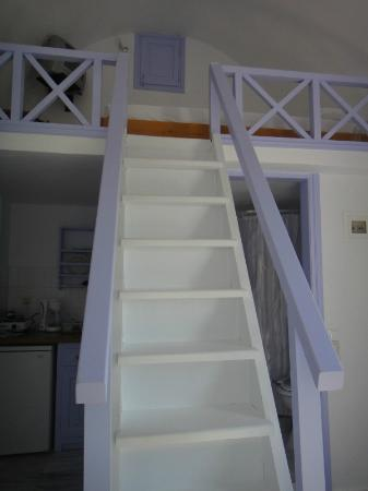 Pelagos Hotel-Oia: Room 10 - Stairs from bed to ground level