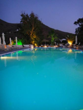 Pelagos Hotel-Oia: Poolside at night