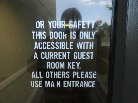 "Holiday Inn Nashua: Indication inutile sur la porte ""A"" toujours ouverte."