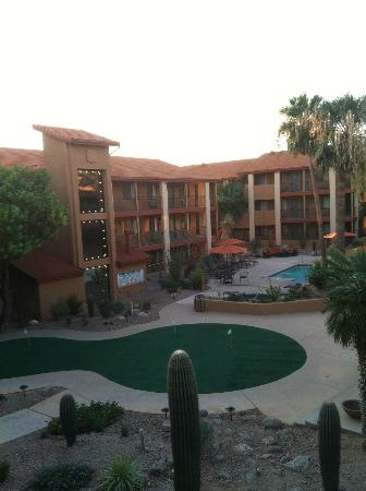 Red Lion Inn & Suites Tucson North Foothills: View from Room of Pool/ Putting Green