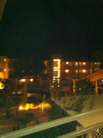 Red Lion Inn & Suites Tucson North Foothills: Night time view of hotel.  Lighted Area around the open view elevator