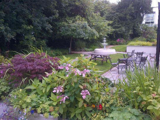 The Ardilaun Hotel: Giardino fiorito; di fianco c'è una bel parco, ma pioveva