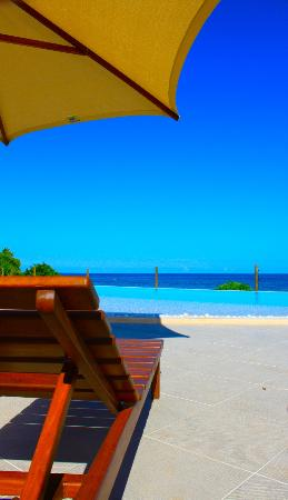 Villa Kalista : Relaxing by the infinity pool